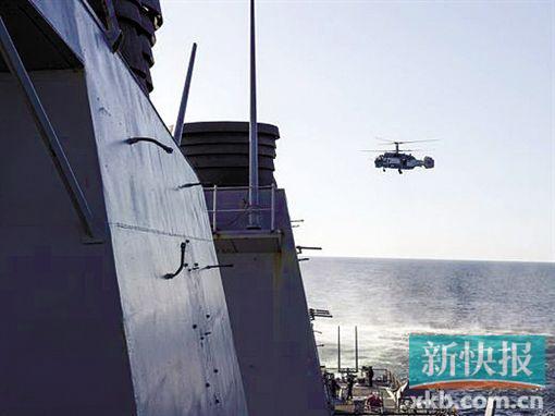 卡-27反潜直升机接近驱逐舰并拍摄照片。