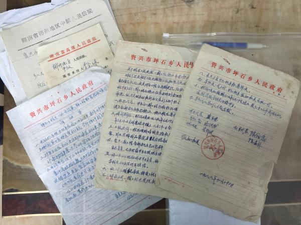 陈伯宇当年签的工程协议和验收单等文件。