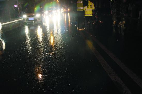 4月12日晚,沈阳淅淅沥沥下着雨。佟密斯忙完手中的事情,驾车回家。