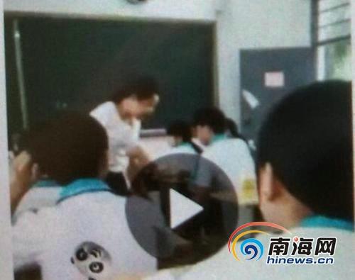 学生操老师视频_女老师打学生视频网上疯传 学生先扔书砸老师