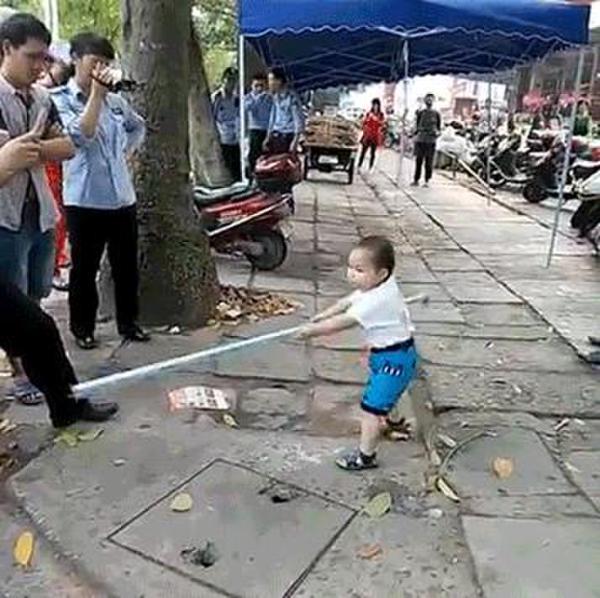 """4月14日,一段小男孩对抗城管的视频在社交媒体传播开来。视频中,一个小男孩手持钢管对抗城管,嘴里还念着""""不准动我奶奶、不要欺负我奶奶""""(音),围观的路人都在哄笑拍照。有网友开玩笑称""""这小子有前途,长大后是块打架的料"""";更多的人表示看完视频根本笑不出来。"""