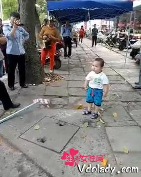 男孩钢管对抗城管:童真被戾气取代