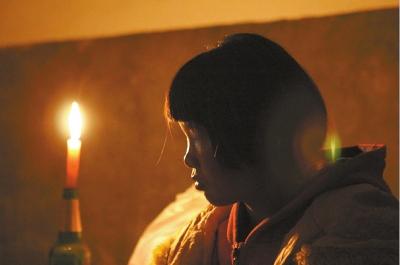 烛光的映衬下,小敏的神情更显迷茫。