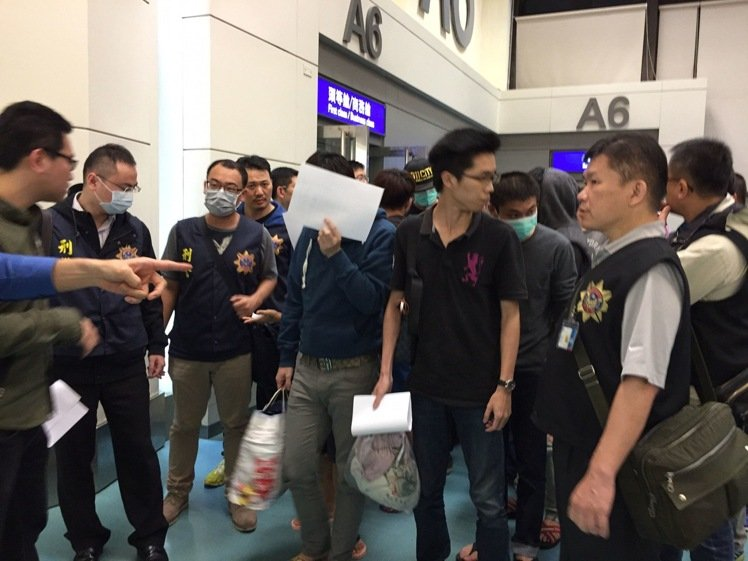 在马来西亚涉嫌诈骗的20名台湾籍嫌疑人回台
