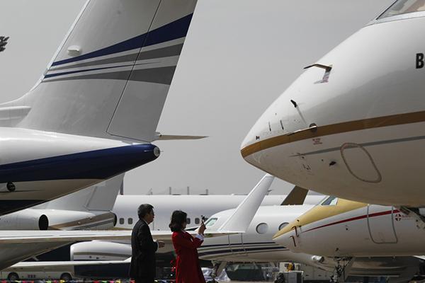 计算显现,2015年上海公事机起降量到达5536架次,同比增加15.5%,占天下的三分之一。