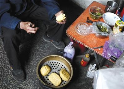 平常张道平跟孙子的午餐那是馒头咸菜,过年才吃上鱼肉,回家本钱过高,十年来只需在2013年回过一次河南故乡。