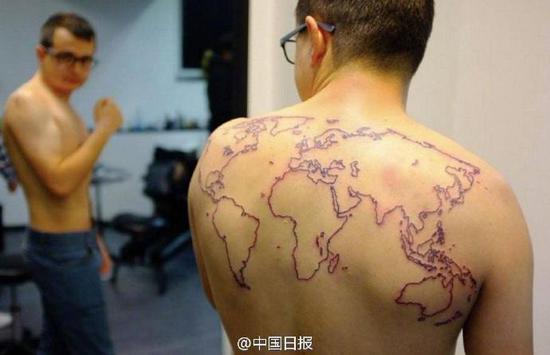 小伙暗地里的国际地图纹身。