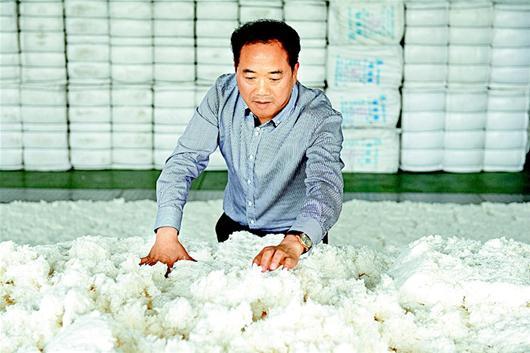 湖北日报讯 14日,湖北雪飞化工有限公司总经理马建华在车间检查原料品质。该公司是我省唯一一家硝化棉生产厂,20年专注研发生产硝化棉,先后投入近3000万元不断技术创新,产品畅销国内18个省市并出口到欧洲和东南亚。