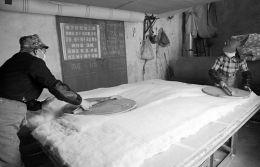 压实、压紧、压平,以延长棉胎的使用年限。