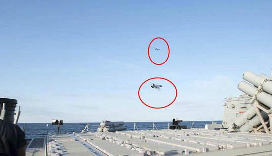 """美国军方13日发布了照片和视频。在其中一张照片上,一架苏-24似乎正以极低的高度飞过""""唐纳德•库克号""""的侧弦。据悉,一架俄罗斯卡-27""""蜗牛""""(Helix)直升机也环绕美海军""""唐纳德•库克号"""" (USS Donald Cook)飞行多达7次,并进行了拍照。"""