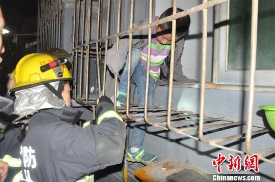 男孩头部被卡在一楼防盗窗缝隙之中