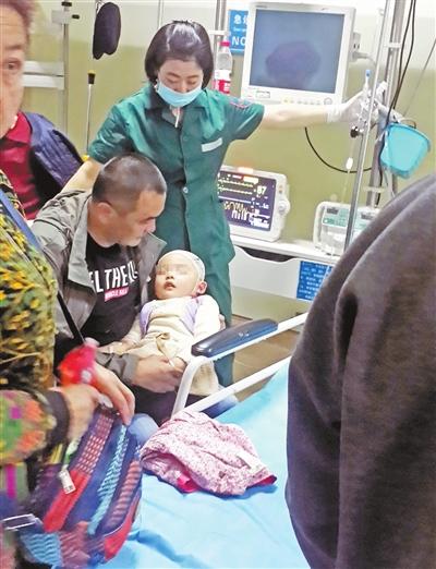 受伤孩儿正在病院救治。兰州晨报首席记者裴强摄