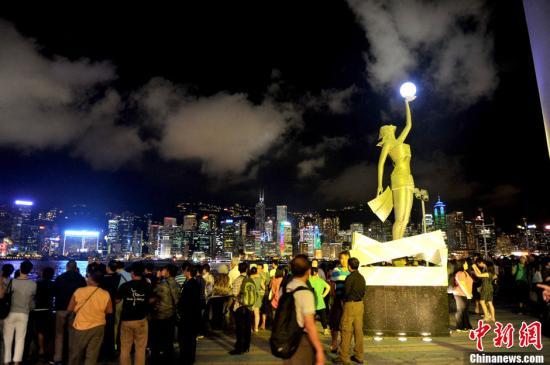 材料图:多量旅客在香港维多利亚港寓目艳丽多彩的夜景。维多利亚港两岸的夜景与日本函馆和意大利那不勒斯并排全球三大夜景,因为香港岛和九龙半岛楼房大厦满布,天黑后万家灯火,互相照映。王东明 摄 午夜视频 :香港旅行业界:沿海访港团数暴涨 九成业者担心前途 来历:国家在线直播 网