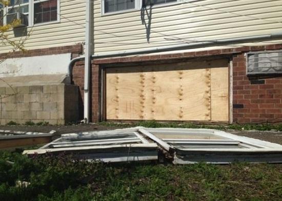 屋宇的窗户飞出,门口蜿蜒变形,厨房规模也遭毁坏。
