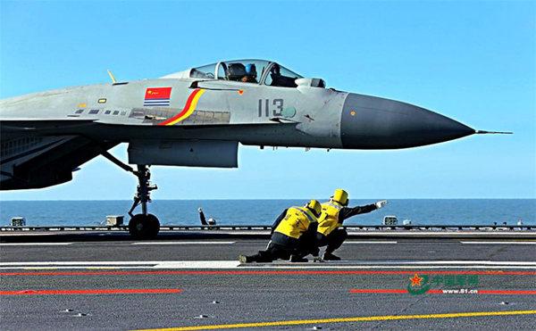 图为歼15准备起飞。