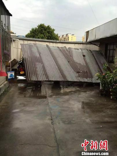 图为盈江县一屋宇顶被掀翻。 崔汶 摄