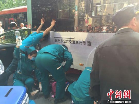图为事变发作后,很多市民踊跃抬车,想要把被碾压男子从车轮下救出。 范节 摄