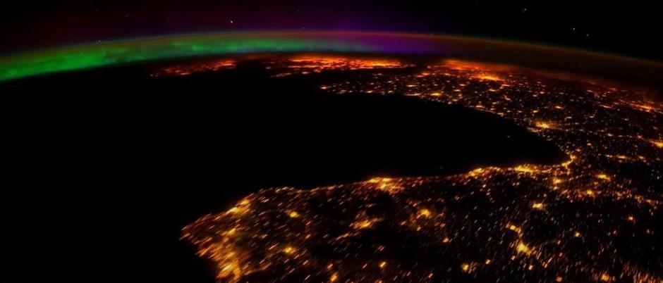 """提及欣赏""""地球灯火秀"""",身处国际时间站的宇航员们相对是""""鞭长莫及先得月""""。日前,美国宇航局(NASA)向人们展现了一组4K分辩率的两极极光相片。(NASA)"""