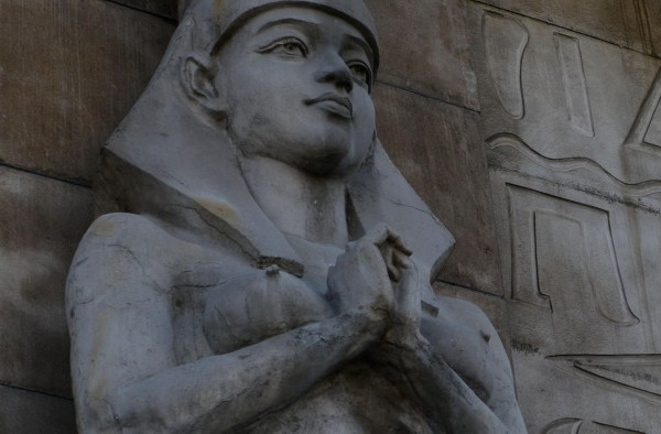 4月19日,辽宁沈阳一宾馆酒店外墙现10个埃及艳后雕像。雕像性感暴露,引来市民吐槽。