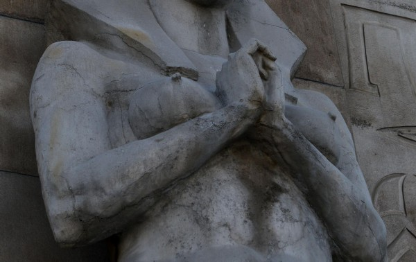 埃及艳后雕像过于暴露。