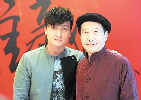 方力申与爸爸方毓仁(右)出席雕塑家任哲的作品展