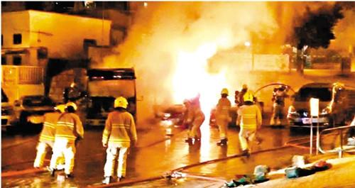 香港西贡沙角尾村多部车辆昨清晨时分遭人放火废弃。图自香港《文报告请示》