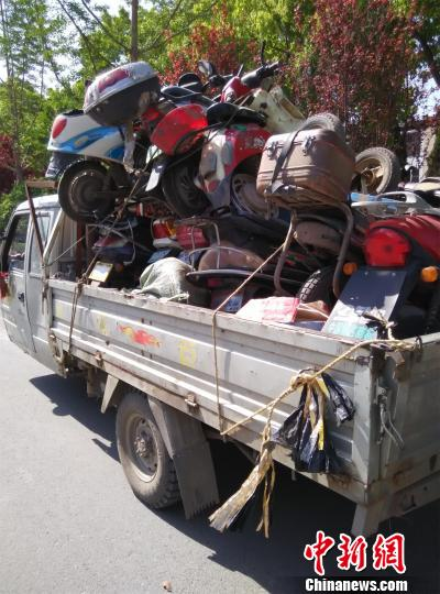 报废的农用车上装了16辆报废的摩托车和电动车 钟欣 摄