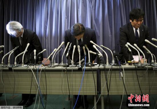 4月20日,日本东京,三菱汽车社长相川哲郎(左二)列席期货配资 公布会。据媒体报导,三菱汽车供认支配燃油经济性测验后果。