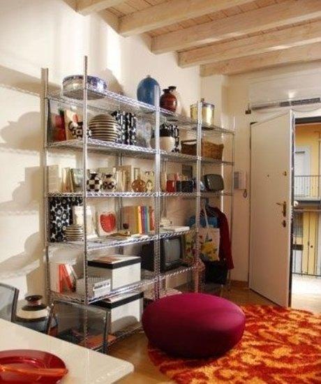"""小户型装修设计:客厅的一大""""主体""""——金属置物架,集合了书柜,电视柜图片"""