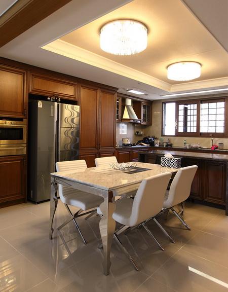 厨房装修效果图:客厅用了深沉的黑色和深咖啡色,饭厅则用了可以过
