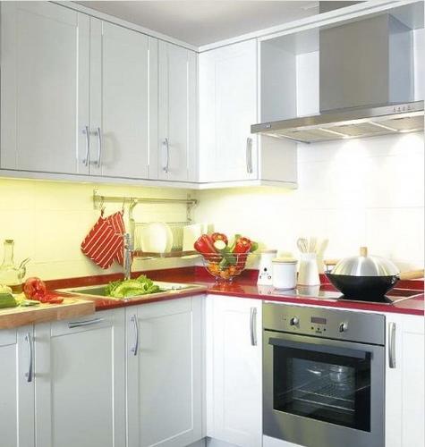 厨房装修效果图:白色具有放大空间的视觉效果,红色的台面搭配白