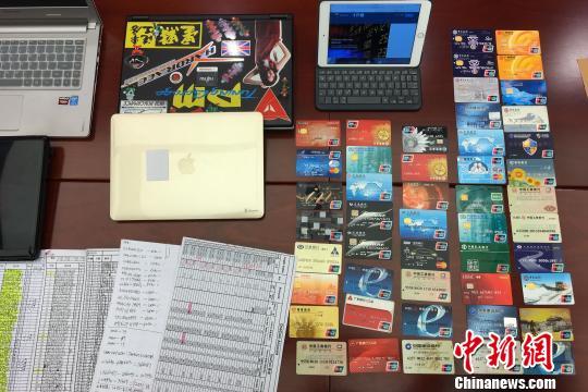 警方展现缉获的作案东西及涉案依据 陈骥旻 摄