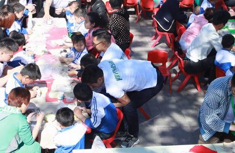 爱心人士与孩子们一起做陶艺