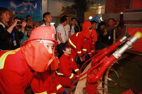 周艳泓与孩子们在童梦世界变身消防员
