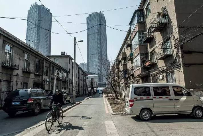 中捷友谊厂的职工宿舍楼依然存在,而当年的工厂已被远处的高楼大厦所取代