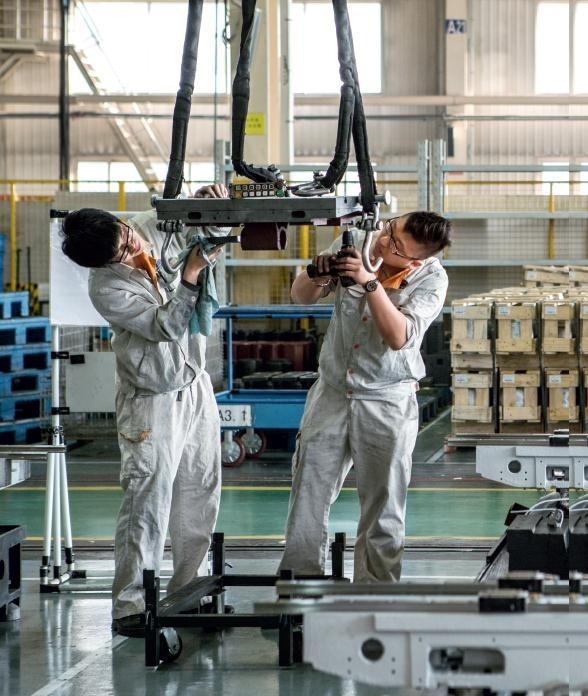 2003年至2012年的10年间,东北三省地区国内生产总值翻了两番多,年均增速达12.7%,而同期全国平均增速为10.7%。这十年间,东三省再度成为中国工业的代名词