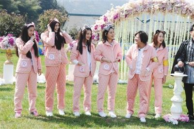 今晚播出的《奔跑吧兄弟》中,女神们穿着怯粉色棉睡衣、在泥地里拼尽全力地奋战,把偶像包袱丢一地。