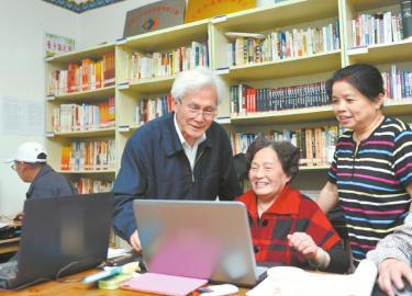 观点新潮的王克斌(右三)在教几个晚年人运用计算机。