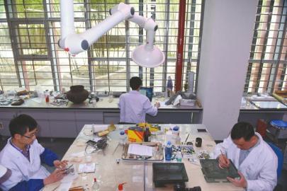 4月20日,成都博物院文物爱护与修复核心,文物修复师在修复文物。