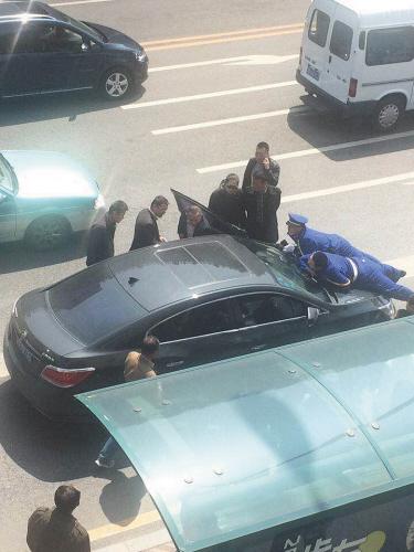 顶着两名保安开了一段间隔后,又有多位路人上前阻遏,轿车最后停上去。