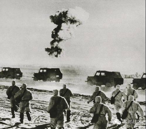 首次核试验,防化兵冲入沾染区,对我国自行研制的器材等进行了全面检查