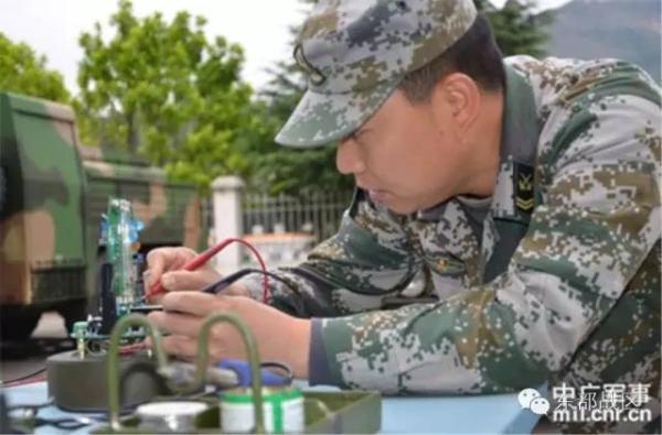 修理兵在战场对防化装备进行快速修理