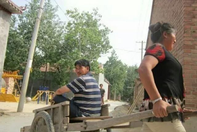 上面图片是朱之文的第一辆豪车,电动自行车,跑个短途啊,到河边儿到地里头去唱歌啊,买个菜啊,用途大着呢!