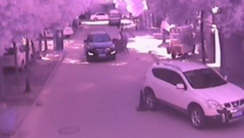 9时43分左右,小涵涵慢慢的走到了轿车的右前方并站在那里,而就在这时,司机卢某所等的人上了车,小涵涵所站的位置刚好处在卢某的视觉盲区,不知情的卢某就这样开着车从孩子身上碾压了过去。