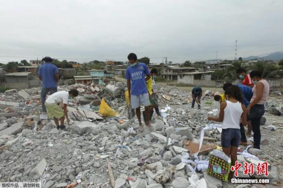 本地时刻2016年4月21日,厄瓜多尔佩德纳莱斯,大众在地动酿成的废墟上寻觅可收受接管物件。