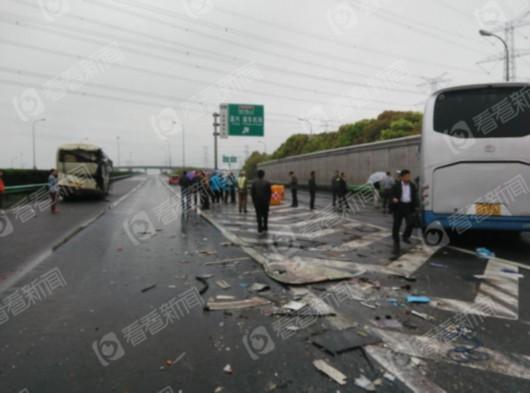 记者知道到,事变中一辆尼桑轿车被追尾。事发时,此中一辆春游大巴能够为了躲避轿车打方向,不意前方另外一辆大巴急驶而来,一头撞上后方大巴,招致三车相撞。