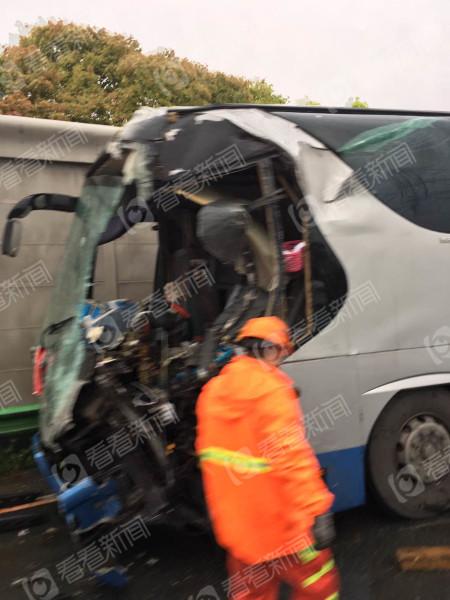 现场图像显现,一辆大巴车车尾受损重大,另外一辆大巴车头变形,车窗玻璃被震碎。
