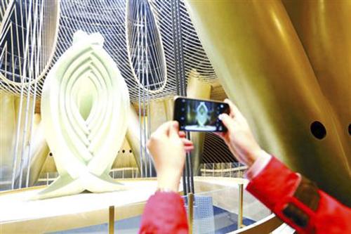 """位于上海核心126层的""""上?;垩邸?,是个重达1000吨的""""超等巨无霸"""",是今朝国际上最重的摆式阻尼器品质块。"""