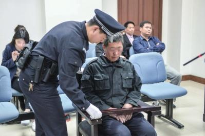 白某被带上法庭。京华时报记者 赵思衡 摄