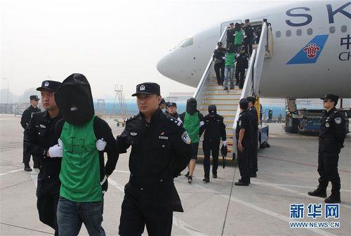 资料图片:电信诈骗犯罪嫌疑人被包机押解回国。